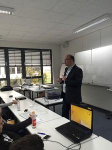 Professor Pfannenschwarz bei der Einführung in das Thema - er hält