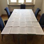 Beispielhaft haben wir die Petition auf dem Tisch unseres Besprechungsraums ausgelegt. 14 solcher Tische würden wir benötigen, um die Petition komplett auszulegen...