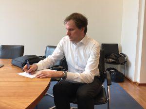 Hendrik Schäfer macht sich vor dem Gespräch Notizen. Zusammen mit Andy Bosch und Andreas Lutz ist Hendrik Sprecher der VGSD-Arbeitsgruppe Scheinselbstständigkeit