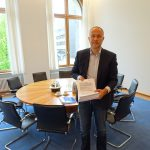 Andreas Lutz mit Petition beim Warten auf die Staatssekretärin