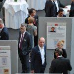 Die Gäste interessieren sich für die Ausstellung der Bonhoff-Stiftung. Unter den präsentierten Preisträgern der Vorjahre: VGSD-Vorstand Tim Wessels, der leider heute Abend nicht teilnehmen konnte - Foto: Katja Hoffmann