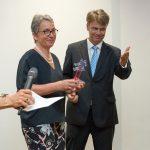Christa Weidner hat von Till Bartelt, Vorstand der Stiftung, gerade den Preis erhalten - Foto: Katja Hoffmann