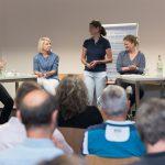 Kristina Schmid (Mitte) moderiert die Diskussion und sorgt dafür, dass alle Fragen beantwortet werden, Foto: Thomas Dreier, t3-foto.de