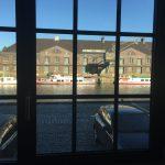 Die Veranstaltung fand in einer umgebauten Lagerhalle im Berliner Westhafen statt. Blick durch ein Fenster nach draußen.