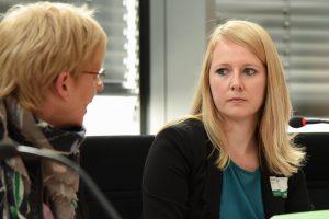 Kristin Müller (rechts) im Gespräch mit MdB Maria Klein-Schmeink, der gesundheitspolitischen Sprecherin der Grünen, die das Panel II moderierte