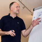 Andreas Lutz erläutert das Zusammenspiel von Website und Backend