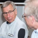 Wolfgang Clement hört Dr. Wolfgang Ziebart zu