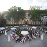 Das Gespräch fand an einer Vielzahl von Tischen im Hof des Ministeriums statt, Foto: BMWi, Foto: Weiss, BMWi