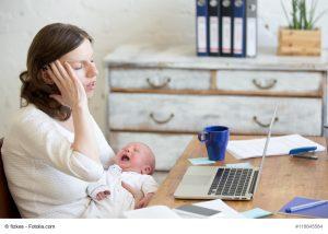 Viele Frauen machen sich nach der Geburt eines Kindes selbstständig – und bekommen angesichts der Abgabenbelastung einen Schock. Bild: fizkes – Fotolia