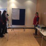 Referentin Isabel Nitzsche stellt Susi Freudenberg, der Sprecherin unserer Hannoveraner Regionalgruppe Fragen und zeichnet ihre Antworten auf