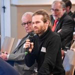 VGSD-Mitglied Tobias Funke stellt eine Frage an das Podium, Foto: IKKeV