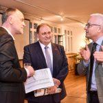 Andreas Lutz im Gespräch mit Hans Peter Wollseifer und Andreas Fabri von der Bundesarbeitsgemeinschaft Kreishandwerkerschaften, Foto: IKKeV