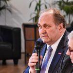 Hans-Peter Wollseifer stellt eine Frage und zieht sein persönliches Fazit aus der Diskussion, Foto: IKKeV
