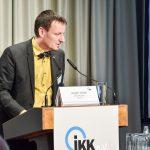 Jürgen Hohnl, Geschäftsfüher des IKKeV führt durch das Programm und zieht das Fazit, Foto: IKKeV