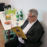"""Thomas Andersen (DCV) beim Lesen des vom Handwerkerverband BUH herausgegebenen """"Freibrief"""", Foto: Jonas Kuckuk, BUH"""