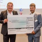 Marcello Danieli mit dem Werner-Bonhoff-Preis und dem von Till Bartelt übergebenen symbolichen Scheck über 50.000 Euro, Foto: Bonhoff-Stiftung, Katja Hoffmann