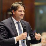 Dr. Thomas Geppert, GF DEHOGA Bayern, stellt eine Frage, Foto: Stefan Obermeier