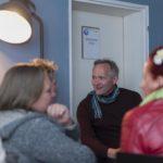 In kleinen Gruppen berichteten die Anwesenden von ihren existenziellen Fragen, vor denen sie selbst einst standen; Foto: Lars Bösel