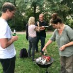 Wer sich nicht wehrt, endet am Grill - in dem Fall Gastgeberin Elke; Foto: Lars Bösel