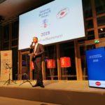 Ein Radiojournalist moderiert die Preisverleihung, Foto: Tim Wessels