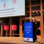 Die Wirtschaftsjournalistin Ursula Weidenfeld hält die Laudatio, Foto: Tim Wessels