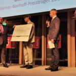 Stiftungsvorstand Till Bartelt übergibt den Preis und einen symbolischen Scheck, Foto: Tim Wessels