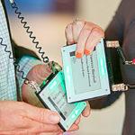 """Das erste digitale Produkt, das besser ist als eine gedruckte Visitenkarte: """"Tap-Connect-Badge"""" – einfach aneinanderhauen, und schon ist man vernetzt!; Foto: Reinhard Mohr"""