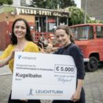 """Ann Franke (links) und Jess Schmidt vor ihrem neuen """"Kugelbahn Kultur-Späti"""" in Berlin-Wedding, Bild: Vistaprint"""